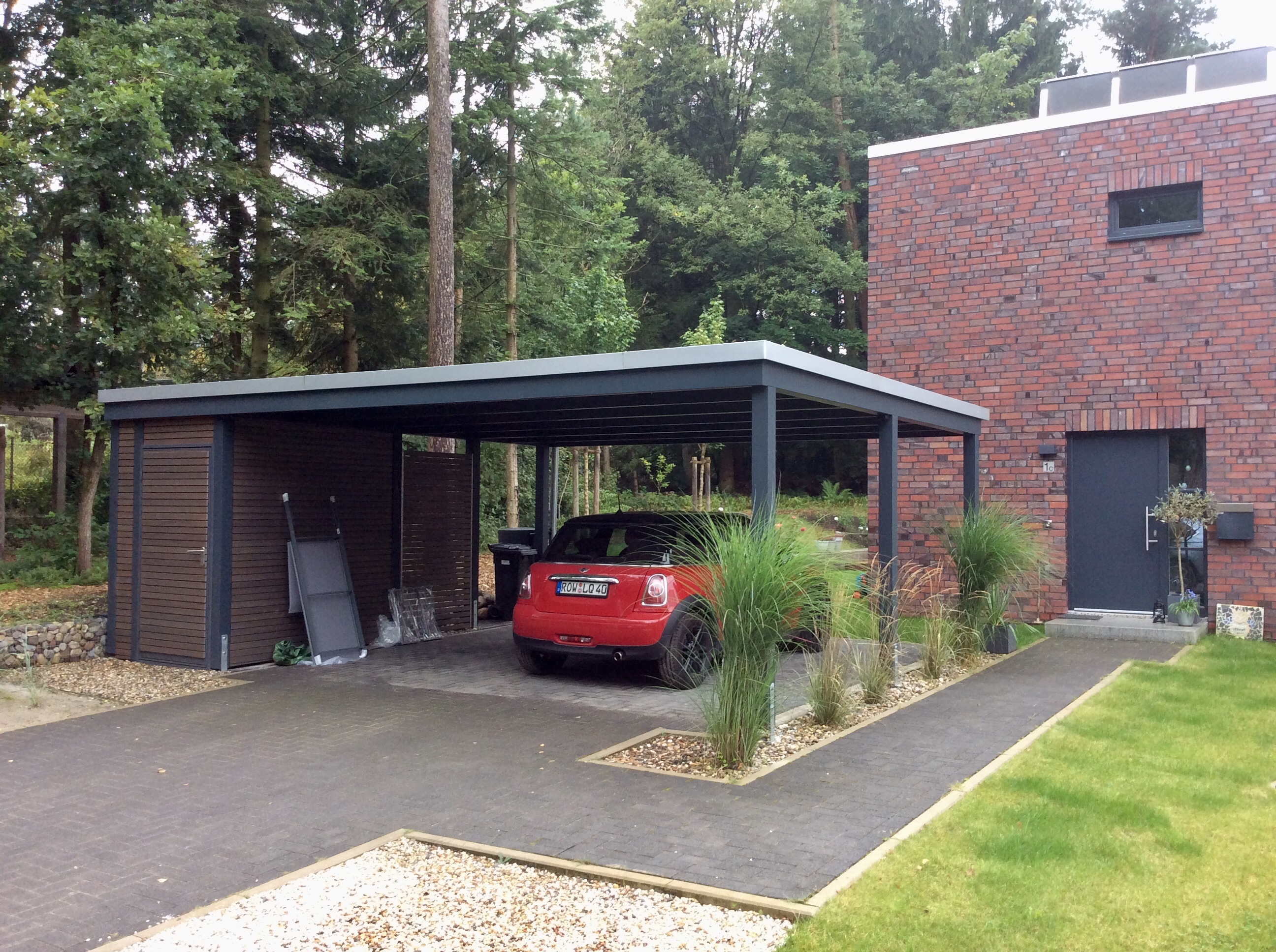 moderne carportanlage mit abstellr umen carporthaus. Black Bedroom Furniture Sets. Home Design Ideas