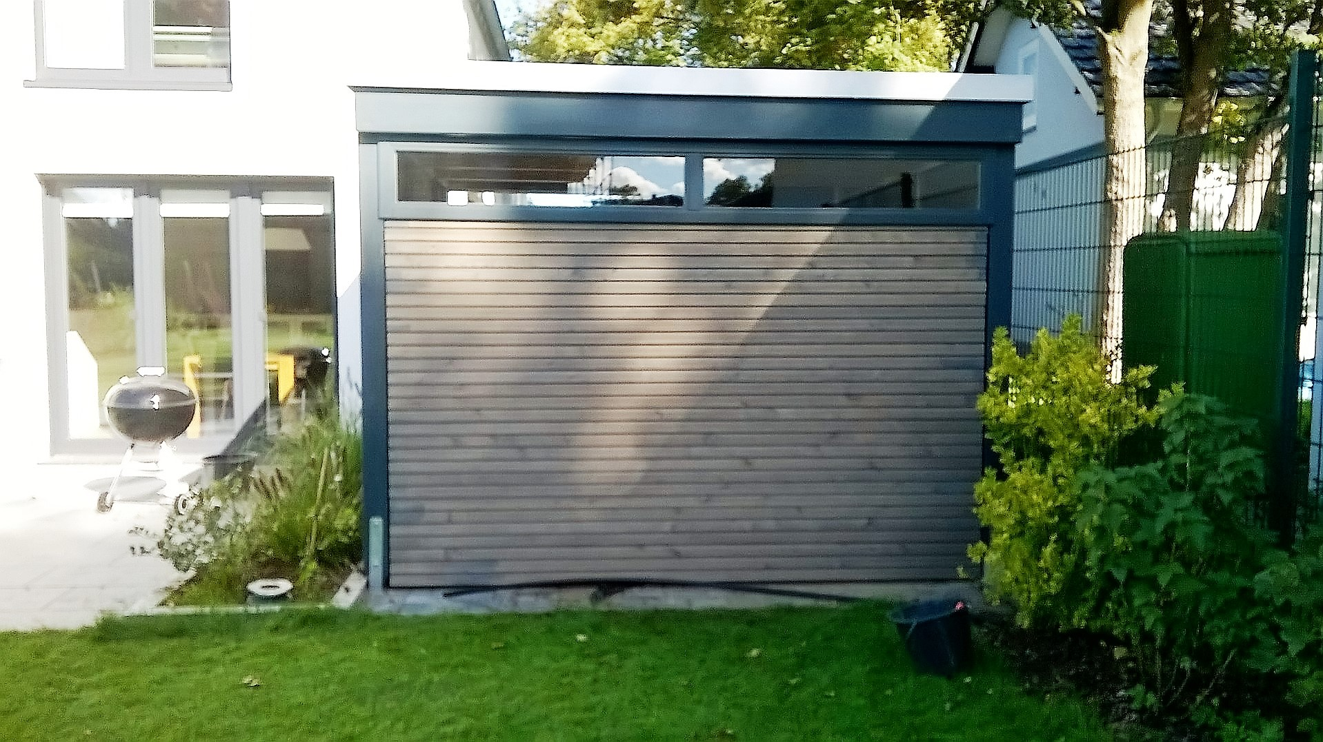 Moderne Gerätehäuser Müllboxen und Gartenzäune Carporthaus